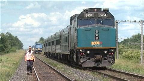 Un train de Via Rail près de la gare de Kingston.