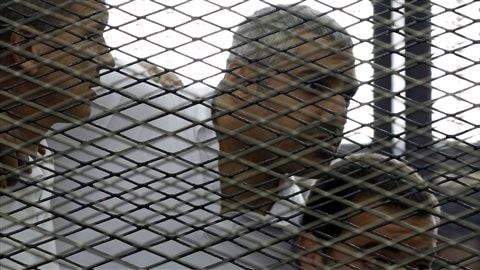 Au centre, le journaliste canado-égyptien, Mohamed Fahmy, et deux de ses collègues, australien et égyptien.