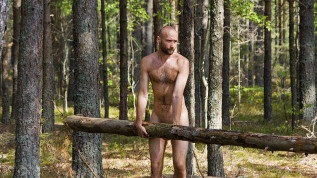 Un homme nu dans la forêt