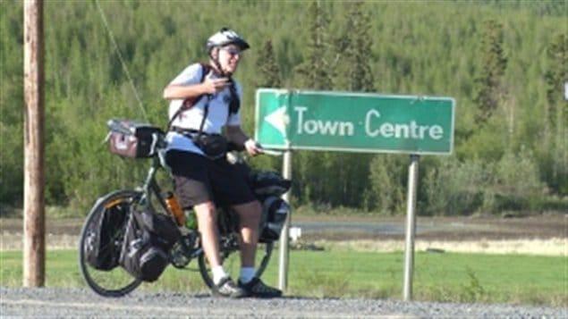 Henry La Croix sur le bord de la route, tout juste aux limites d'Inuvik dans les TNO