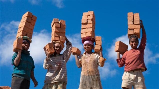 Des travailleurs malgaches