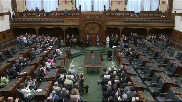 Les 27 membres du nouveau Cabinet de l'Ontario sont assermentés à l'Assemblée législative à Toronto.
