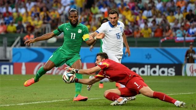 Le gardien grec Orestis Karnezis joue de prudence devant l'Ivoirien Didier Drogba.