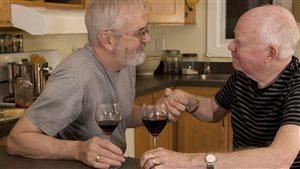 Couple gai marié qui savoure un verre de vin