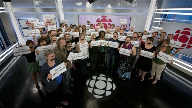 Au Canada, des employés de la salle de nouvelles de Radio-Canada ont posé avec un ruban adhésif sur la bouche pour dénoncer ce qu'ils considèrent comme une attaque à la liberté de presse.