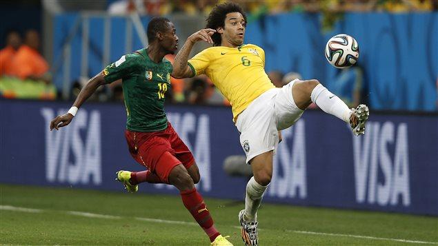 Vincent Aboubakar de l'équipe du Cameroun et le défenseur du Brésil Marcelo tentent d'obtenir le contrôle du ballon lors de la Coupe du monde de la FIFA.