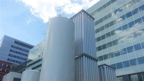 Un réservoir d'oxygène qui servira à alimenter les chambres de l'hôpital.