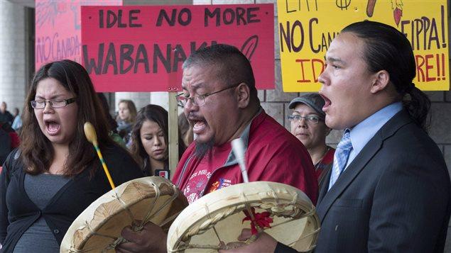 Britanny Picody, Brad Picody et Brock Lewis, du groupe Idle no more, revendiquent leurs droits à Gatineau, en octobre 2013, lors du 250e anniversaire de la Proclamation royal.