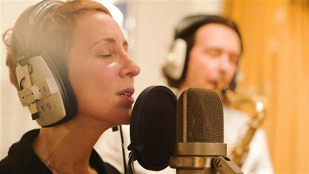 La chanteuse Stacey Kent en studio d'enregistrement