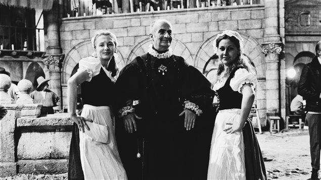 Louis de Funès en bonne compagnie sur le plateau du film 'La folie des grandeurs' où il partage l'affiche avec Yves Montand