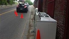 Les électroménagers ont dû être placés à l'extérieur, faute de place dans le magasin.