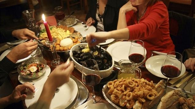 Des gens autour d'une table dans un restaurant