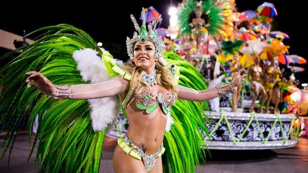 Danseuse de l'école de samba Mocidade durant le carnarval de Rio, en mars 2014