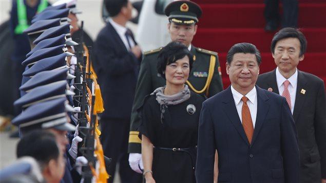 Le président chinois Xi Jinping est accueilli par le ministre sud-coréen des Affaires étrangères, Yun Byung-se, à son arrivée à la base aérienne de Seongnam, à Séoul, le 3 juillet 2014.