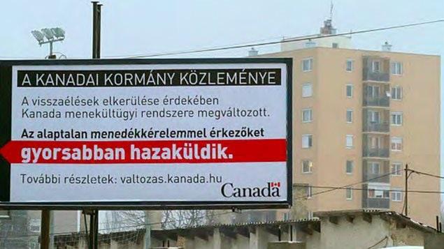 Panneau publicitaire en Hongrie : «Un message du gouvernement du Canada - À cause d'abus, le système canadien d'asile a changé. Les demandeurs déboutés seront renvoyés plus rapidement dans leur pays.»