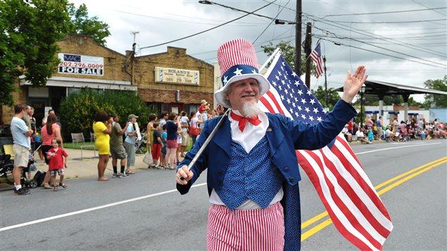 Un homme est déguisé en Oncle Sam lors du défilé de la Fête du 4 juillet 2013, à Takoma park, au Maryland.