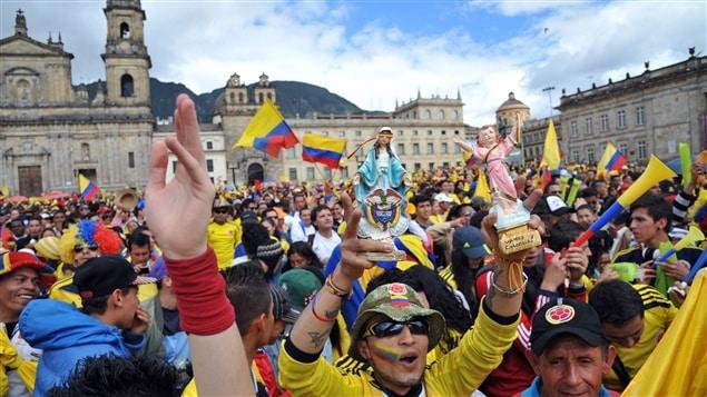 Les Colombiens n'ont pas hésité à sortir dans la rue, notamment à Bogota, pour fêter la victoire de leur équipe contre l'Uruguay en huitièmes de finale.