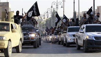 Des djihadistes de l'État islamique célèbrent dans les rues de la ville syrienne Raqqa, après avoir déclaré un «califat» sur les territoires qu'ils détiennent en Irak et en Syrie, le 30 juin.