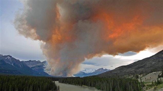 Un feu de forêt brûle hors contrôle près du parc national de Banff en Alberta.