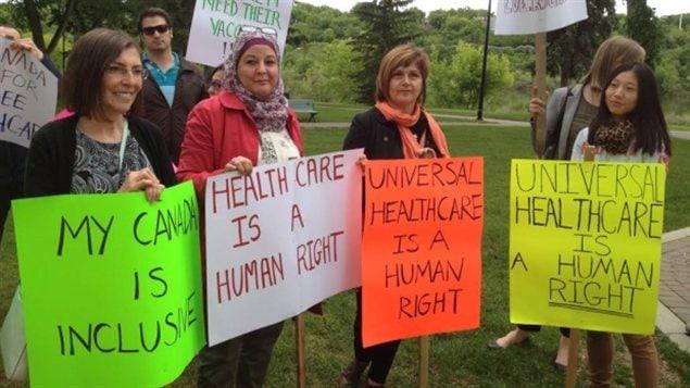 Rassemblement d'opposants à la révision du gouvernement fédéral sur la couverture des soins de santé des réfugiés.