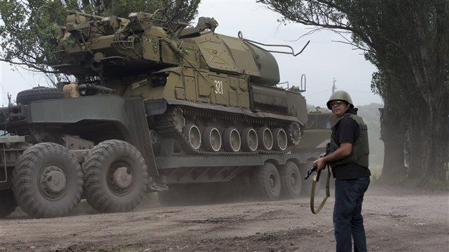 Les forces gouvernementales ukrainiennes manoeuvrent un missile de défense aérienne, près de Slaviansk.