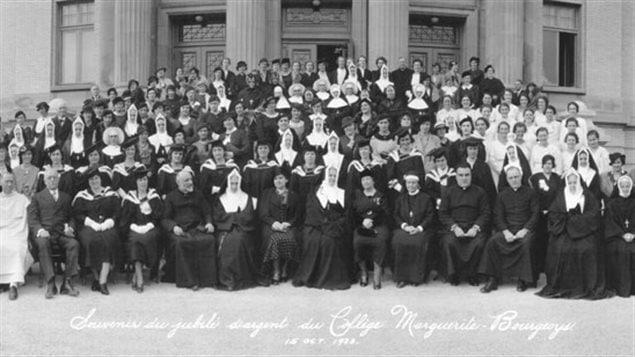 En 1926, l'école d'enseignement pour les jeunes filles, devenu le Collège Marguerite-Bourgeoys, est le premier collège classique destiné aux femmes.