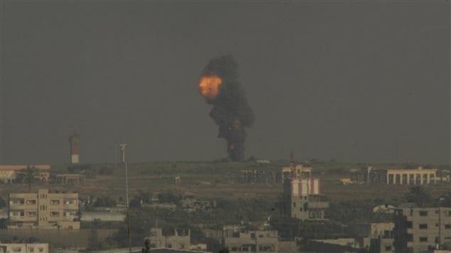 Un nuage de fumée à Rafah, dans le sud de la bande de Gaza, le 7 juillet 2014