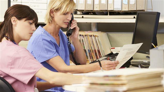 Deux infirmières au travail