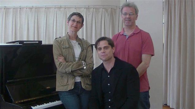 Jessy Brouillard (au centre), l'auteur-compositeur et producteur de la comédie musicale Deployed en compagnie de deux artisans de la production