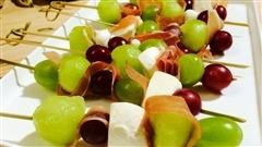 Brochettes de fruits au prosciutto
