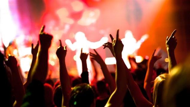 Une foule devant un concert de musique
