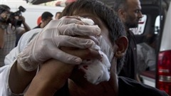 L'armée israélienne poursuit ses raids au-dessus de la bande de Gaza pour une quatrième journée consécutive, sans parvenir à arrêter les tirs de roquettes palestiniens.