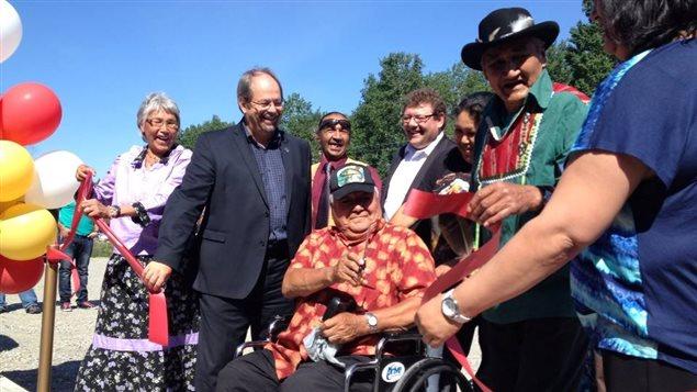 Les aînés sont les premiers à entrer dans le centre multifonctionnel inauguré aujourd'hui dans la communauté de Lac-Simon
