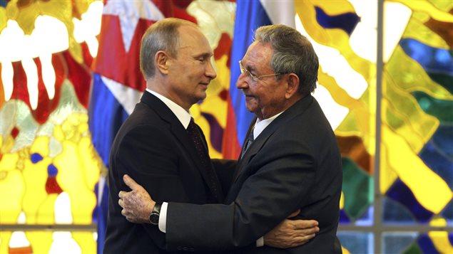 Le président russe Vladimir Poutine donne l'accolade à son homologue cubain, Raul Castro, après une rencontre au Musée de la révolution, à La Havane.