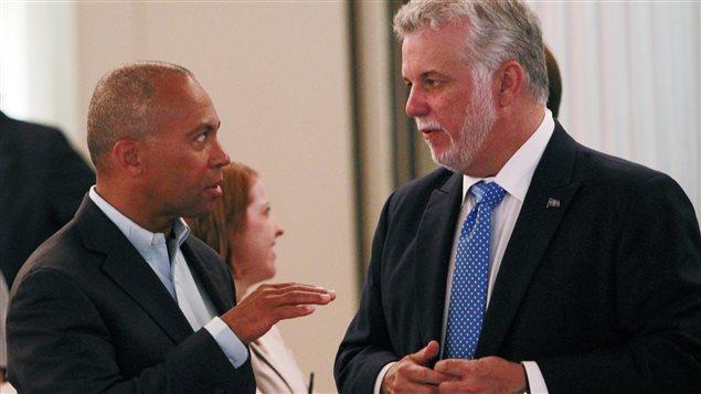 Le 14 juillet 2014, le gouverneur du Massachussetts Deval Patrick s'entretient avec le premier ministre du Québec Philippe Couillard à la conférence de gouverneurs et de premiers ministres à Bretton Woods, au New Hampshire.