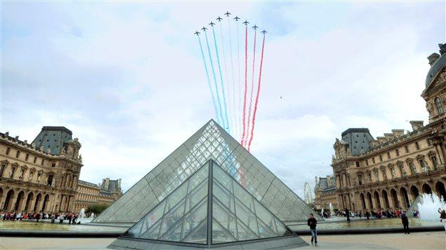 Le 14 juillet 2014, des avions Alpha Jet de l'Armée de l'air française survolent la cour du Louvres.