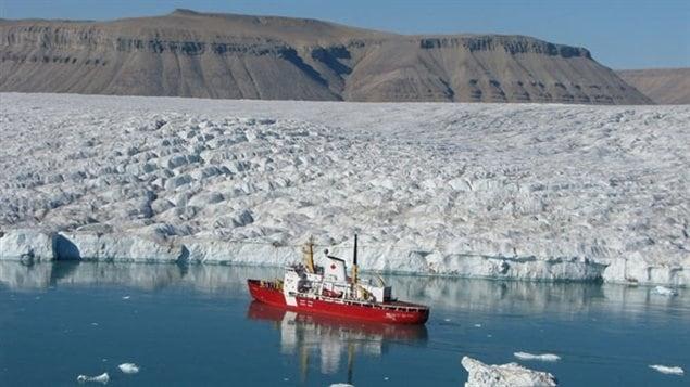 Le NGCC Des Groseillers, navire de La Garde côtière du Canada