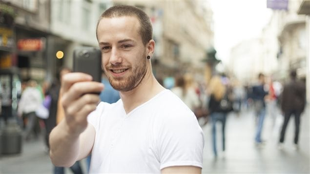 Un jeune homme se prend en photo pendant ses vacances.
