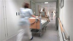 Des infirmiers dans un couloir d'hôpital