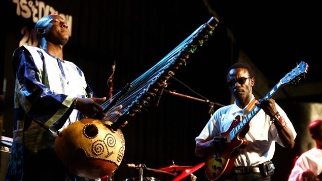 Le musicien sénégalais Ablaye Cissoko jouant de sa kora.