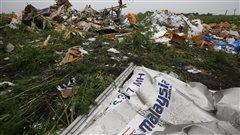 Un amas de débris gisent dans une champs de l'est ukrainien.