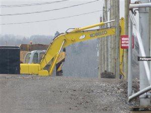 <br />Le ministère de l'Environnement a forcé l'arrêt des travaux d'agrandissement à l'aérodrome de Neuville. Il y a un mois, les promoteurs ont reçu un avis de non-conformité parce que le chantier a été entrepris sans les autorisations requises.