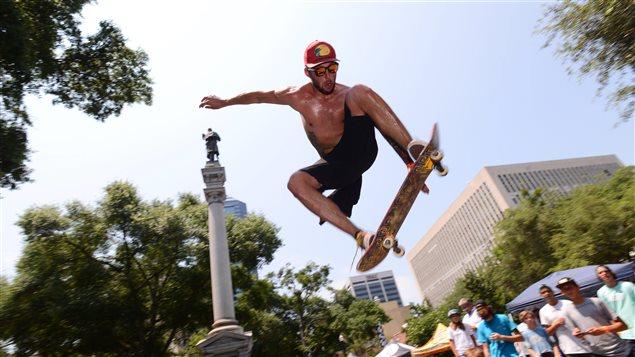 L'Américain Brandan Duffett fait un saut avec sa planche à roulettes, à Jacksonville, en Floride.