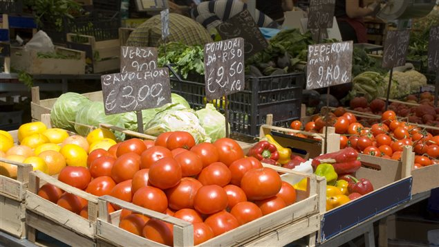 Un marché avec ses étals de légumes