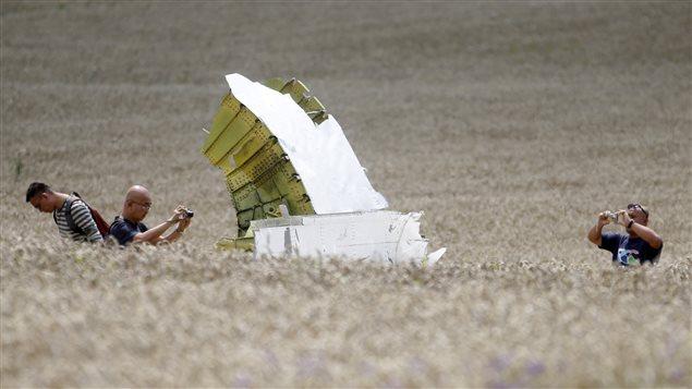Des enquêteurs sur le site de l'écrasement du vol MH17 de la Malaysia Airlines.