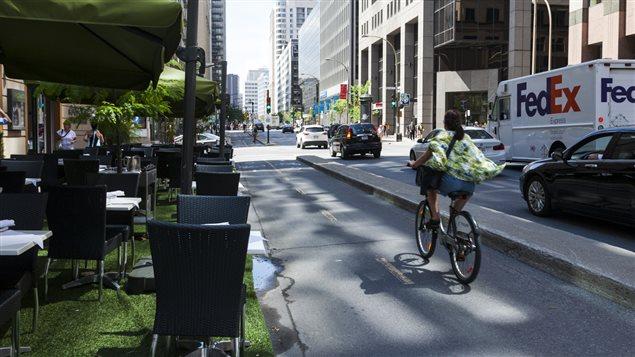 Terrasse, piste cyclable et route au centre-ville de Montréal