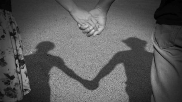 Deux personnes se tiennent la main.