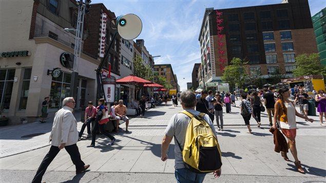 Piétons Sainte-Catherine, centre-ville, Montréal