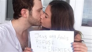 Photo emblématique du mouvement « Jews And Arabs Refuse To Be Enemies »