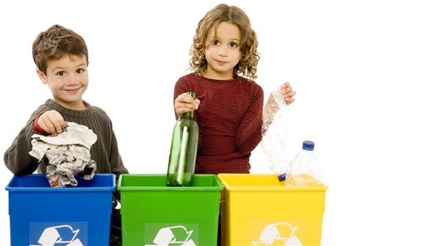 Les Canadiens recyclent plus que jamais, mais souvent leurs bacs ou leurs sacs contiennent de plus en plus de mauvaises surprises pour les recycleurs : des matières qui ne devraient pas y être!